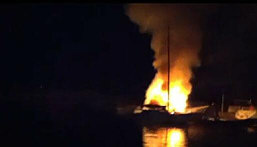 Voldsom båtbrann i Larvik