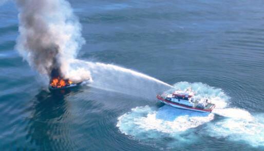 Dramatisk båtbrann langt til havs