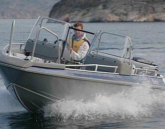 Person savnet etter kræsj i stjålet båt
