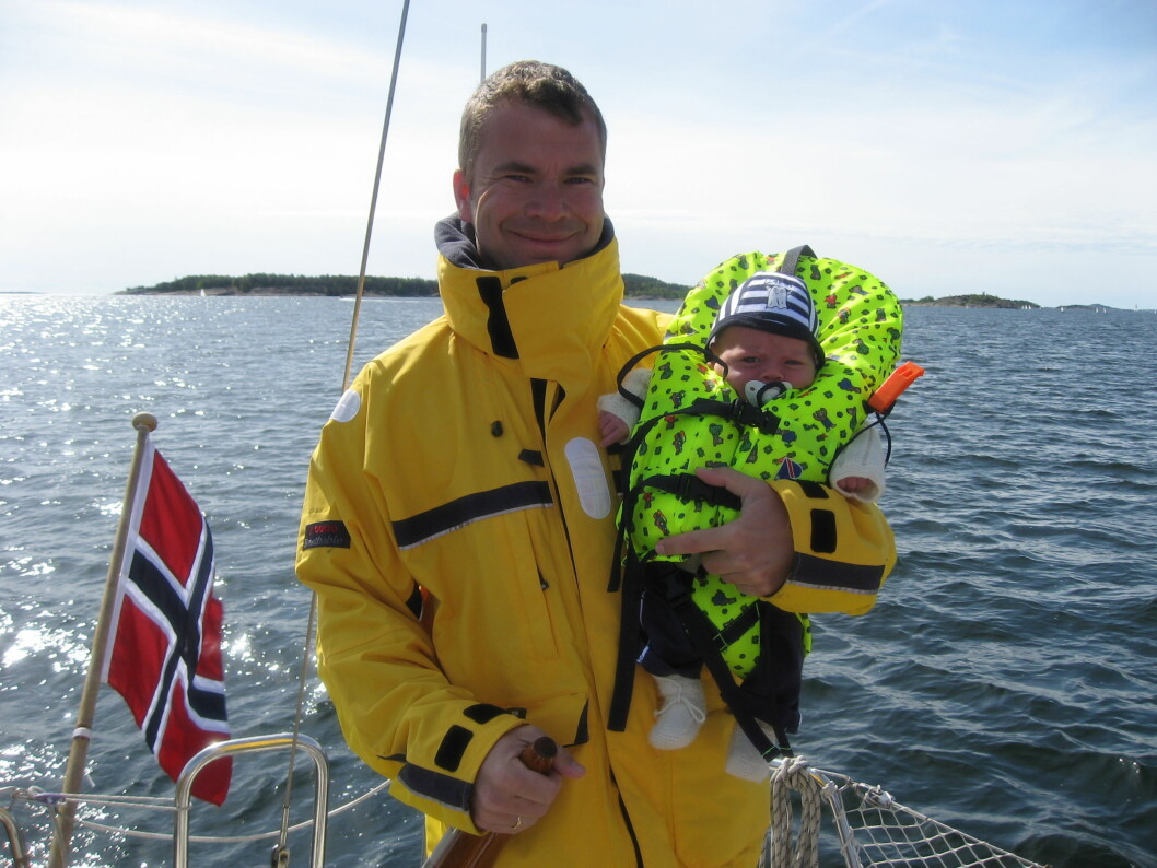 Tomas Viken fra Barkåker vant quizen, her med sin seks uker gamle sønn Eirik på deres Beneteau First 27.