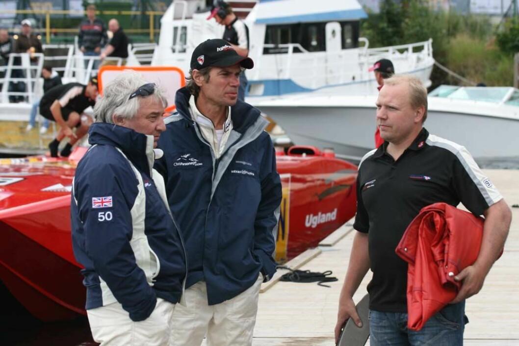 Chris Parsonag og Bård Ekere har trukket seg i protest mot rot og  pengebruken i Offshore-1 sirkuset. Her er de i samtale med Bjørge Jacobsen som i år er pilot på Jotunbåten.