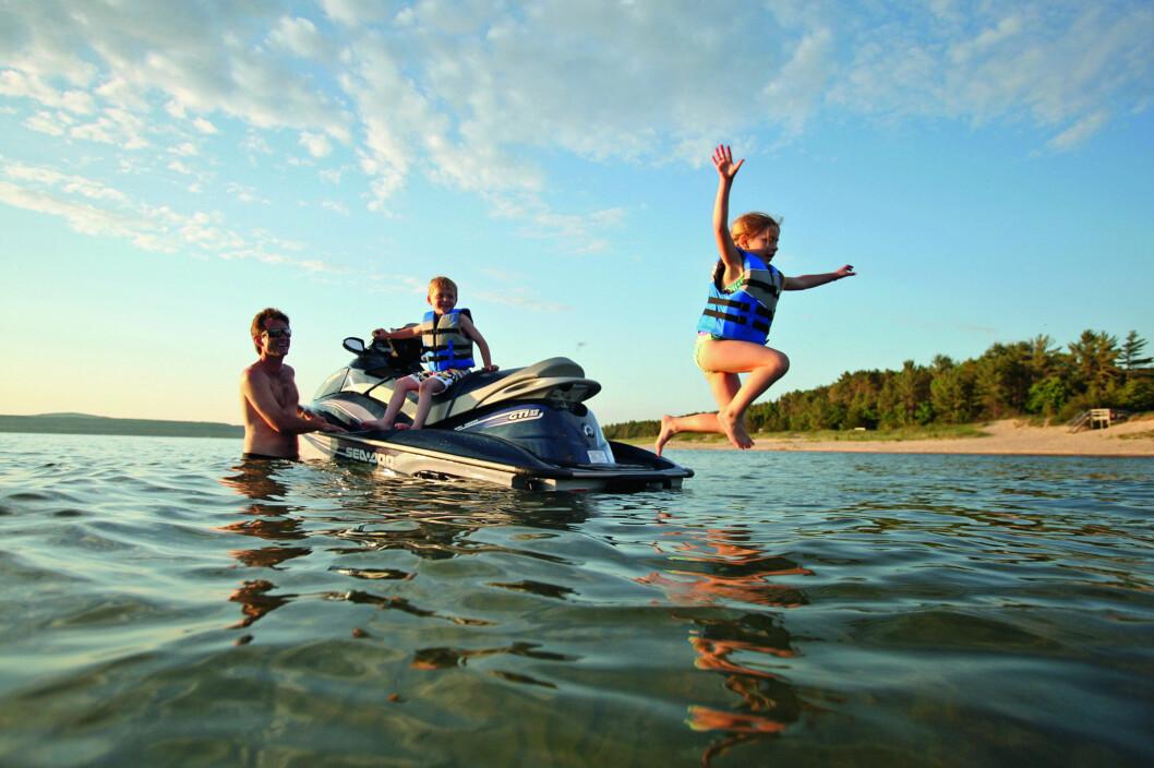 BARE LEK?: Vi tester de neste dagene vannscooter for lengre turer, men ikke uten komplikasjoner.
