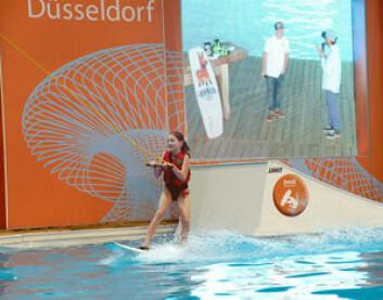 AKTIVITET: Innendørs wakeboard-bane er populært under båtmessen.