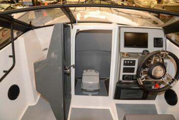 DASS: Designeren har lurt inn ett toalettrom midt i skroget med nedgang fra dashbordet.