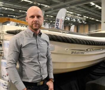EKSPERT: Henrik Nilsson jobber hos Mastervolt i Sverige, og har satt sammen motorpakken som leveres i snekka.