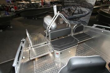 De store og fluffy familiesofaene som nesten alle andre alu-båter er utstyrt med, er bare i veien for arbeids- og fiskefolket. Med nedfellbare stoler, blir plassen utnyttet maksimalt. Enkelt design, med robust. Foto: Tommy Egra