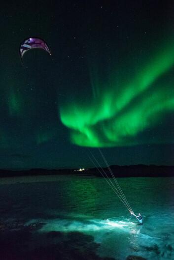 I NORLYS: Kari Schibevaag var med på turen og brukte kite og SUP-brett sammen med spekkhuggere og i norlyset.