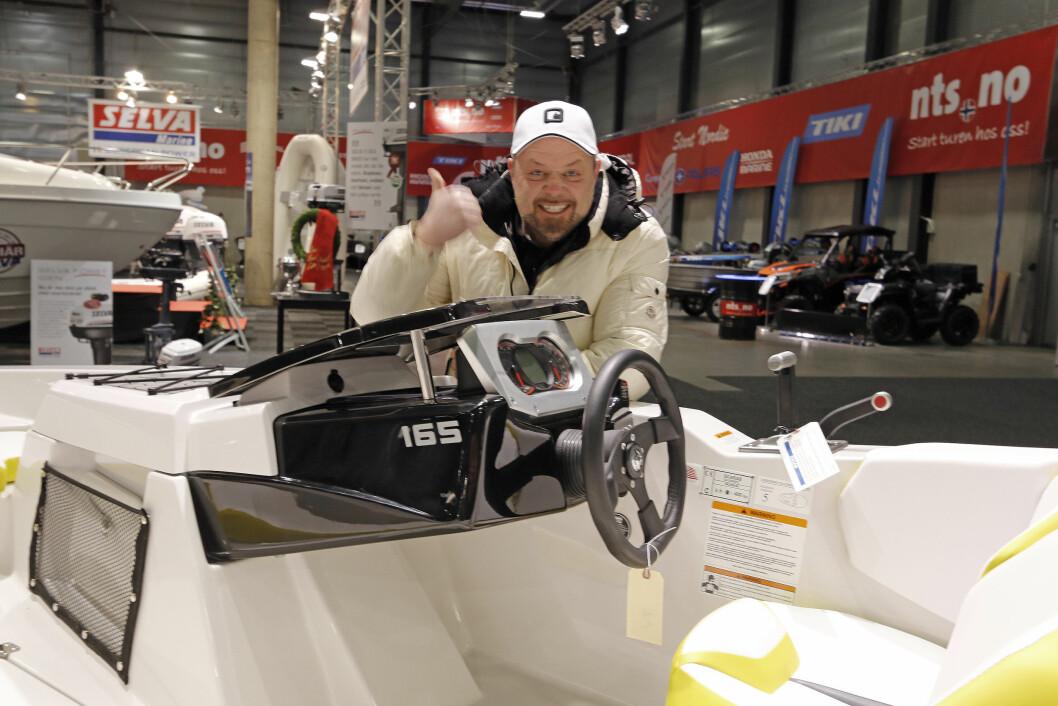LEKEN: Asgeir Borgemoen med Scarab 165.