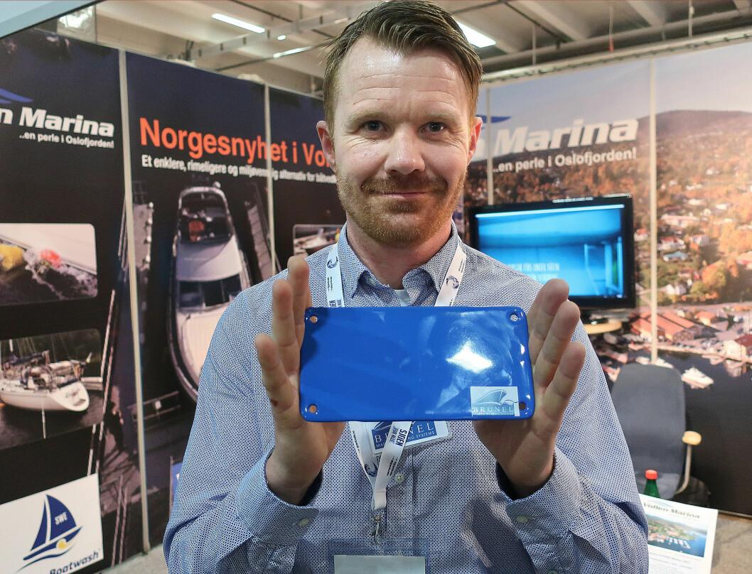 GLATT: Anders Øgaarden med en bit av overflatebelegget som skal hindre groe å bite seg fast.