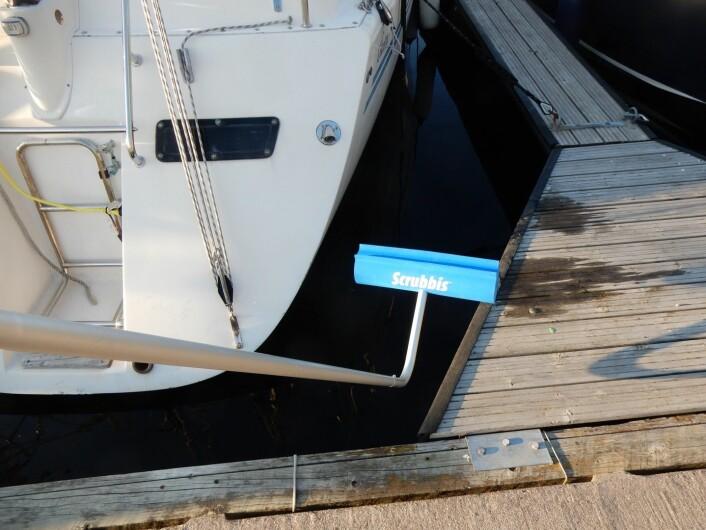 SKRAPE: Scrubbis ble brukt i et forsøk på å bli kvitt groe, men endte med plastbiter i sjøen.