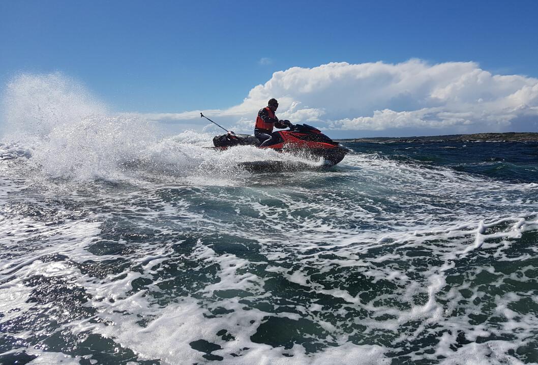 STOR DISKUSJON: Fra første mai kan vannscootere bli lov som resten av fritidsbåtflåten, men det er et tema med sterke meninger.