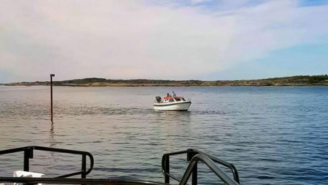 PEKER FEIL VEI: En båt kjørte på grunn ved Indre Rakke lørdag. Foto: RS «Stormbull»