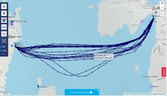 BUE: Bastøfergen seiler en bue på vei østover. Kursendring gir dårligere forutsigbarhet for fritidsbåter.