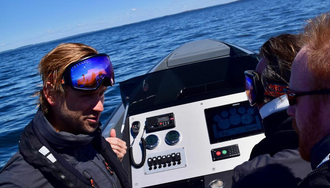 Pål Virik Nilsen gir praktisk opplæring i hastighetskjøring.
