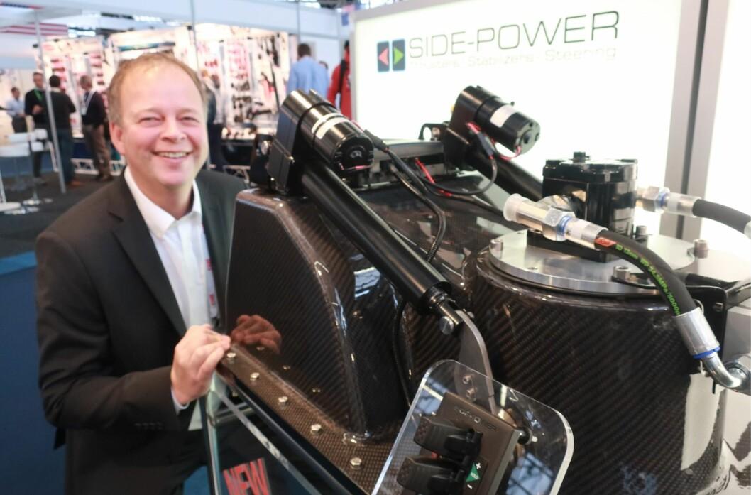 AVANSERT: Petter Antonsen viser frem den nedsenkbare baugpropellen bygget i karbon.