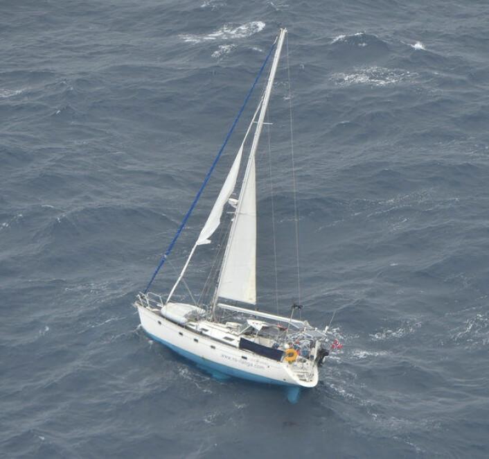 SKADET: «Ilanga», en eldre Sun Odyssey fikk skader på rigg og seil. Det oppstod en brann i det elektriske anlegget, og båten tok inn vann via et knust vindu.