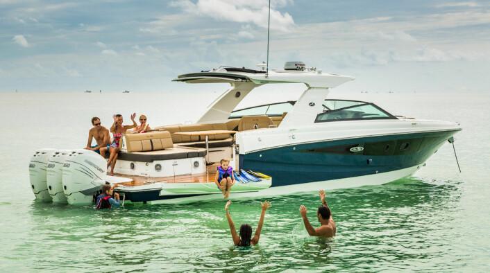 UTENBORDS: SEA RAY SLX 400: kommer også med utenbordsmotor som alternativ.