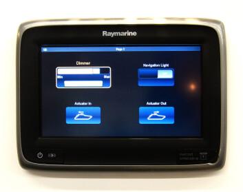 PLOTTER: Med CanBus-system kan en skjerm brukes for å skru på lys, eller andre funksjoner. EmpirBus har til må samarbeidet med Raymarine.