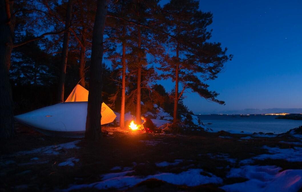 KALDT: Klann fyrer bål for å holde varmen på Ramsvikholmen under treningstur i mars. Da var det under 10 minus.