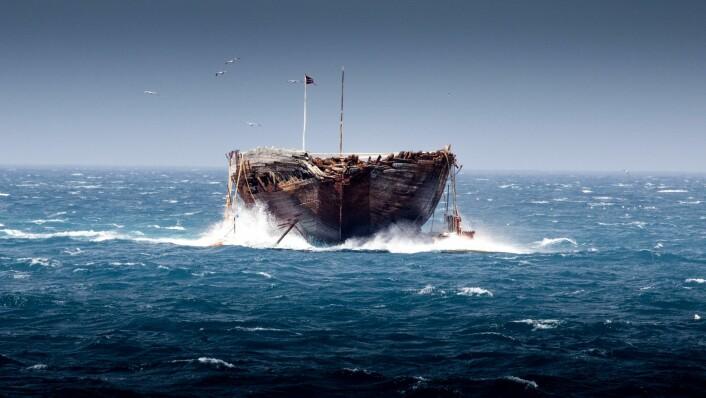 SLEPT: Helt fra Cambridge Bay i Nordvestpassasjen er «Maud» blitt tauet på lekteren «Jensen» i 3-4 knop.