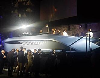 Denne båten fra Princess har hydrofoil og V8-ere
