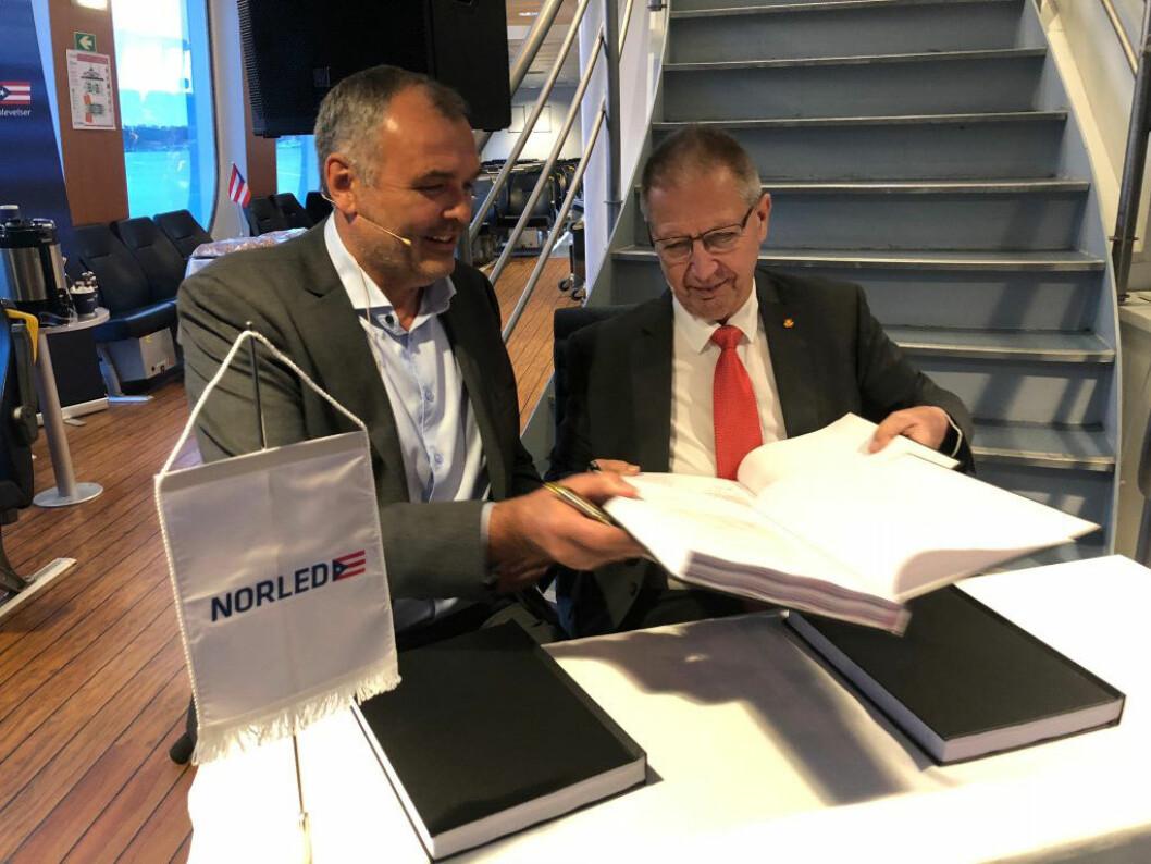 Styreleder Ingvald Løyning i Norled og vegdirektør Terje Moe Gustavsen signerer avtalen.