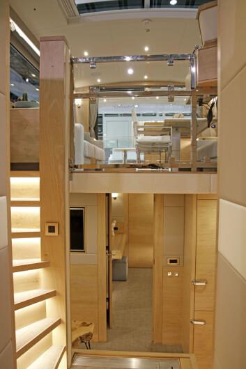 TILPASSET RULLESTOL: Til høyre for trappen er heisen for rullestol.