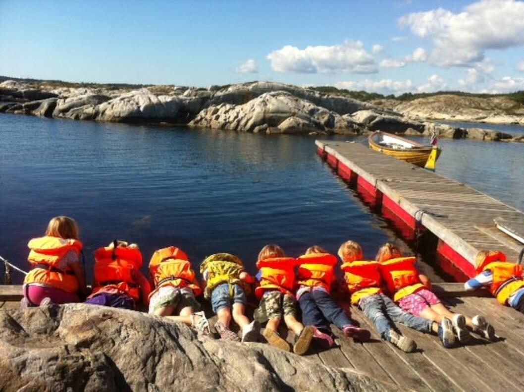 STRANDFAST: Barna på Bergstø barnehage fikk ikke lenger lov til å ta sjekte, hvis de ansatte ikke tok fritidsbåtskippersertifikat. Men nå er nytt regelverk på vei.