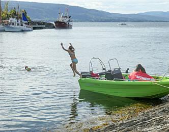 Med rykende fersk båt på hengeren