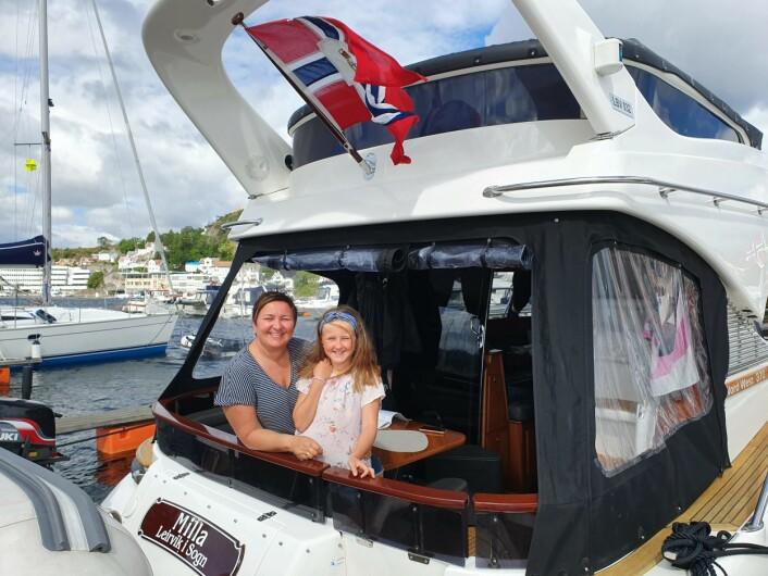 VÆRFAST: Perly Merete Sogness med datteren Milla venter på at vinden løyer før de seiler (kjører) til Sverige.