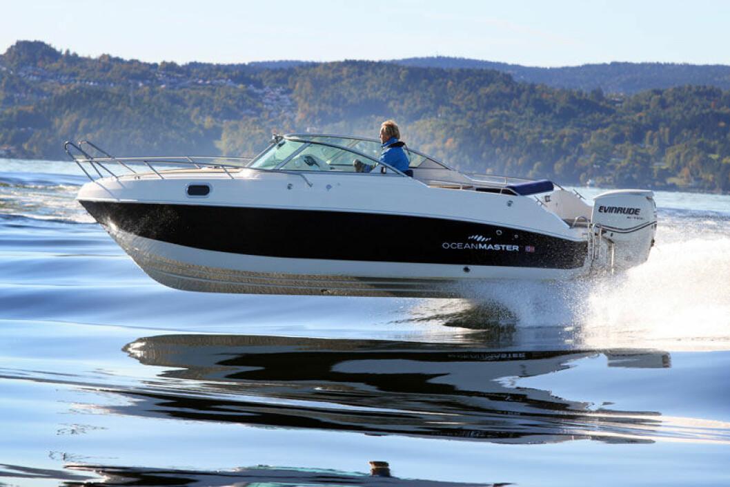 IRRITASJON FOR MANGE: Nesten halvparten av spurte båteiere svarer at høy fart blant andre båtførere irriterer.