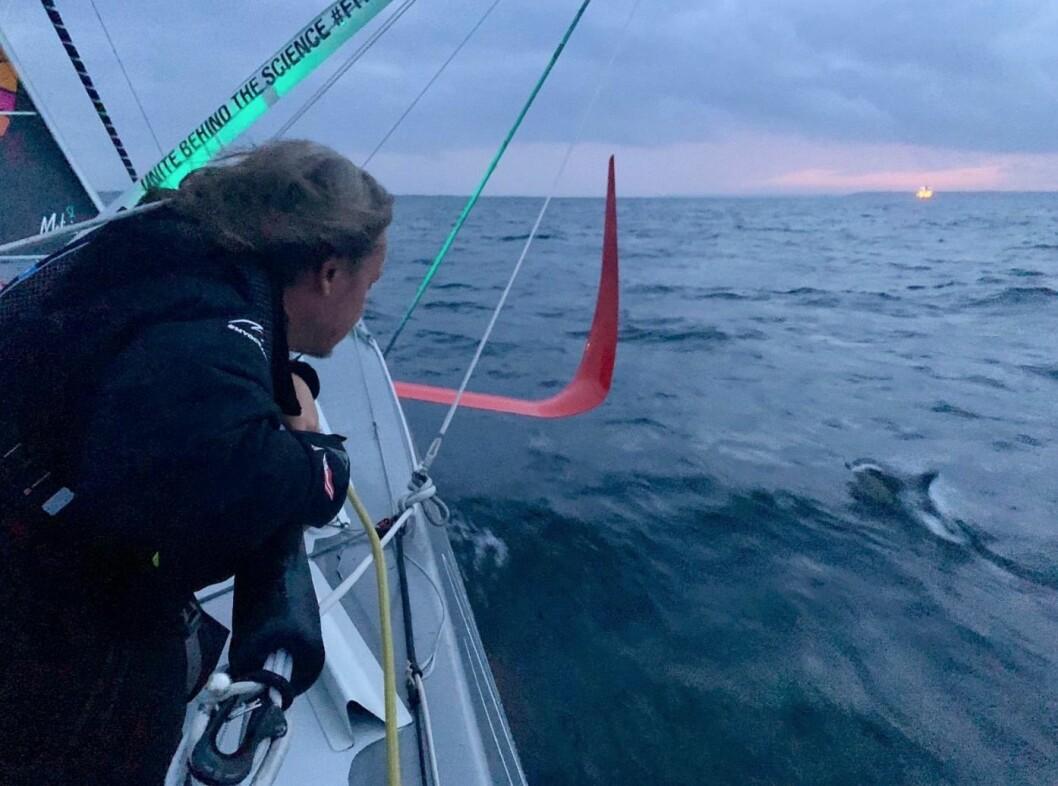 SEILING: Grete Thunberg opplever delfiner og solnedgang på sin første kveld om bord.
