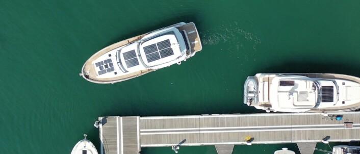 SOLCELLER: Eieren av denne båten har valgt ekstra solcellepanel. Til høyre er en tilsvarende båt, men mindre flate solcellepanel.