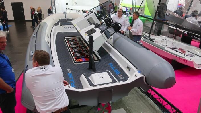 JOCKEY: Pulse58 er bygget som en «Coach» båt. Batteripakken er plassert under styreposisjonen.