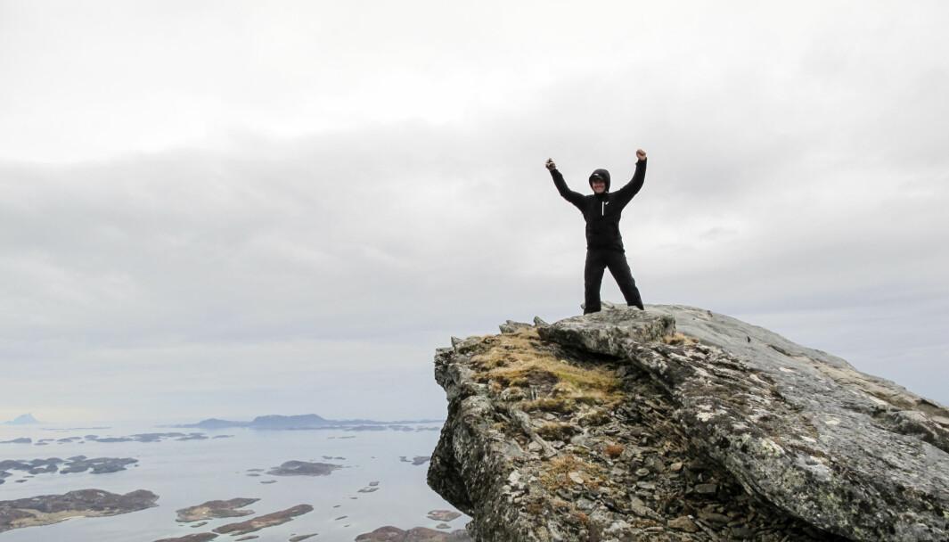 TOKT: På toppen av Rødøyløva skuer en ut over helgelandsparadiset dit Båtmagasinet drar på reportasjetokt i sommer.