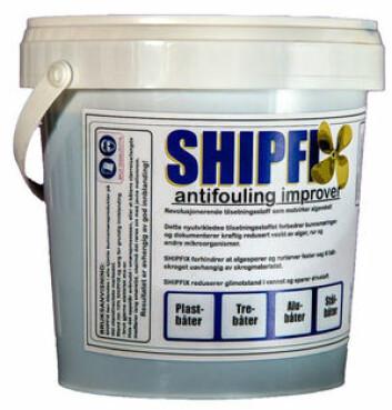 TILSETNING: Shipfix er miljøvennlig og basert på naturlige råstoffer. Shipfix sørger for at alger og rue ikke fester seg til båten.