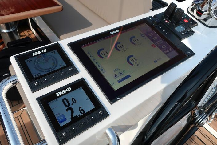 INFO: Du får også opp informasjon om ladning av batterier og innhold på tankene på båtens plottere, som her i cockpiten.