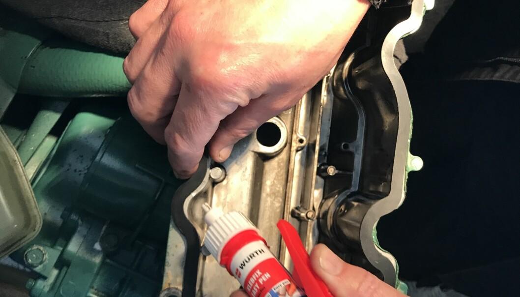 PUNKTFESTES: I stedet for flytende tetningsmasse, punktfestes den CNC-freste pakningen rundt toppdekselet.