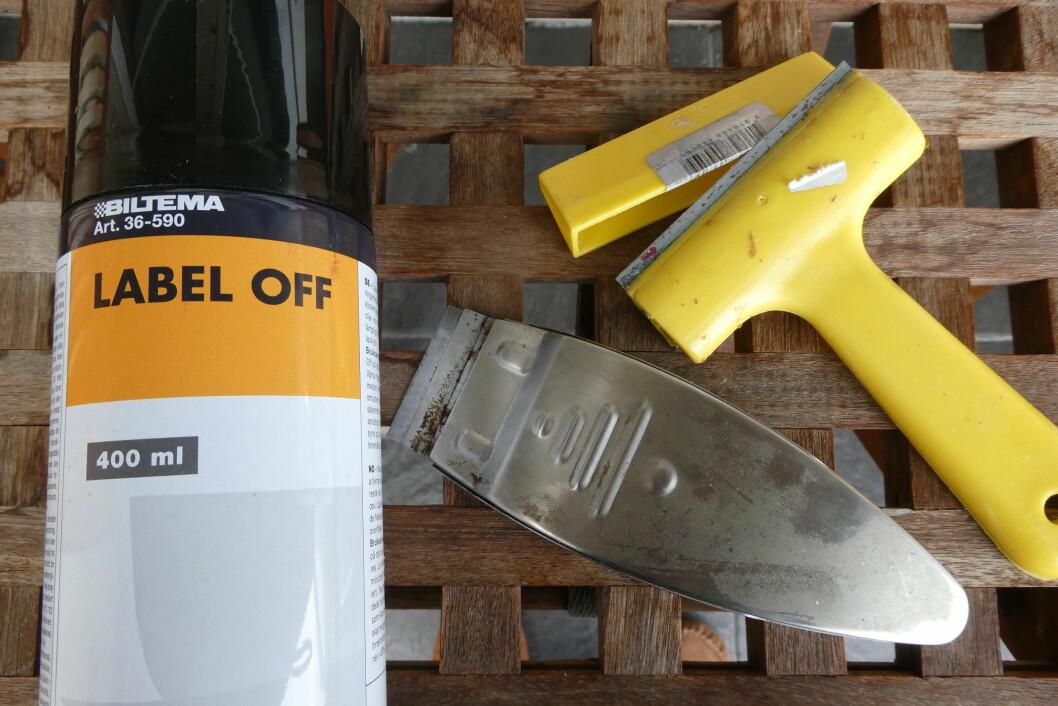 Limfjerning og skarpe skraper/kniver er greie verktøy i tillegg til varmepistol eller fille med varmt vann.