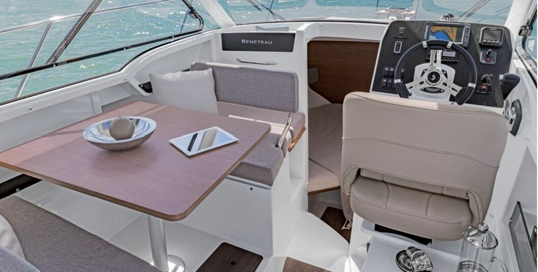 EKSTRA KØYE: Bordet i dinetten på babord side kan senkes for å lage en ekstra køye.