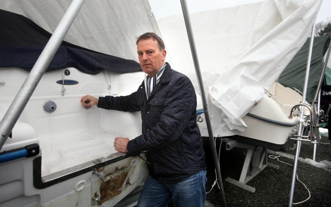 FORTVILER: Otto Poulsen i Mellem-Nes Båtforening oppdaget at flere store motorer var stjålet fra båter som ligger i vinteropplag. (Foto: Karl Braanaas/Budstikka).