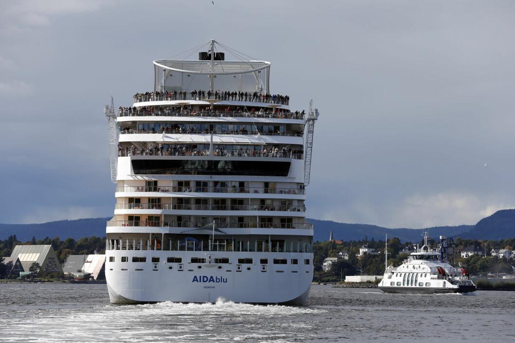 SPRENGER GRUNNER: Kystverket skal sprenge bort grunner for på tilrettelegge bedre for skipstrafikken i Indre Oslofjord. Her passerer cruiseskipet «AIDAblu» fergen mellom Oslo og Nesodden. Fram-museet på Bygdøy sees til venstre. (Foto: Lise Åserud,NTB/ Sca
