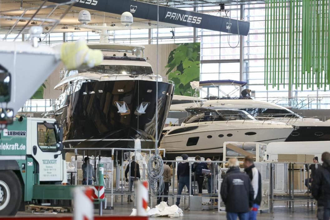 HEKTISK: Båtmessen i Düsseldorf åpner  lørdag. De 17 hallene er i ferd med å fylles opp.