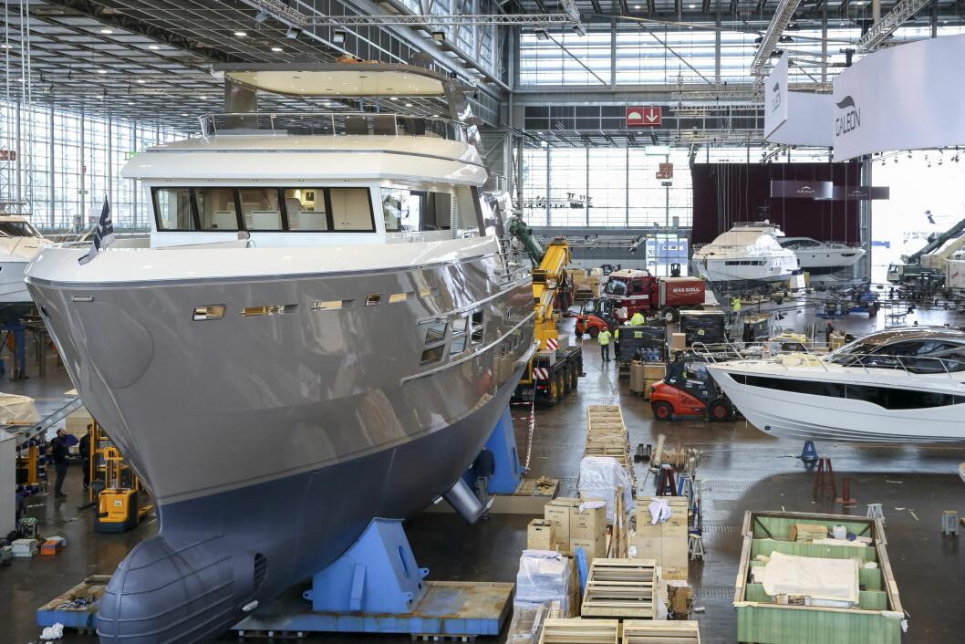 PÅ PLASS: Yachter og storbåter har ankommet Düsseldorf de siste dagene. Her er det bare å la drømmer og fantasier løpe....