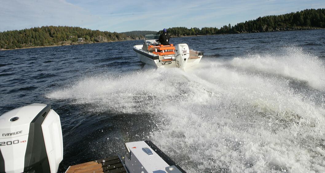 OPPLÆRING: Racebåtskipper Pål Virik Nilsen og båtprodusenten Goldfish i prosjekt for opplæring i høyhastighetskjøring med båt. (Foto: Amund Rich. Løken).
