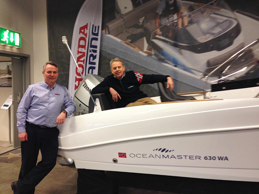 SAMMEN: Knut Haneborg (i båten) i Oceanmaster gleder seg til tett samarbeid med Honda og Kellox, her ved salgs- og markedssjef Finn Høge. (Foto: Amund Rich. Løken).