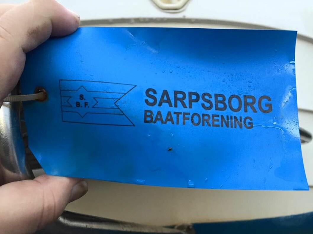 MERKET: Båtene bør være merket med navn og telefonnummer på eieren, slik som her i Sarpsborg, sier Frode Jacobsen.