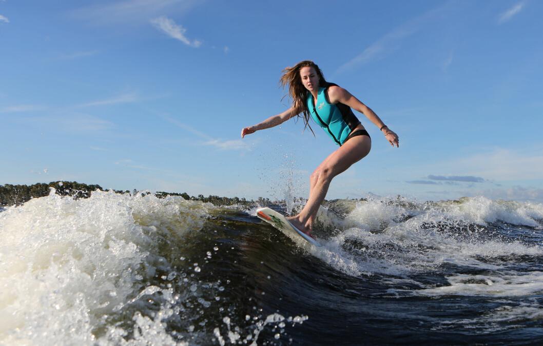 UFARLIG: Med propellene forovervendt er det ufarlig å surfe rett bak båten.