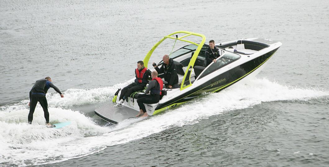 MORSOMT: Det er morsomt å leke bak en båt når propellen ikke er en fare. Foto: Amund Rich. Løken.