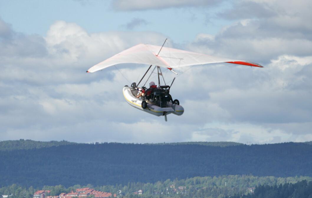 400 FOT: den forunderlige farkosten trives godt med marsjart på 35 knop i 40 0 fots høyde. Foto: Amund Rich. Løken.